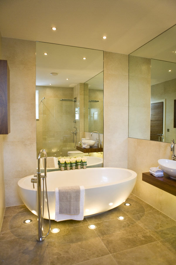 large-mirror-beautiful-bathroom-design-with-great-lighting-effect-photo-01